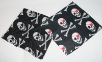 Nicki-Tuch Pirat schwarz-weiß mit roter Augenklappe
