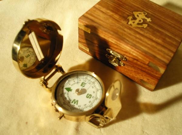 Kompass in Holzkiste, grün-weiß